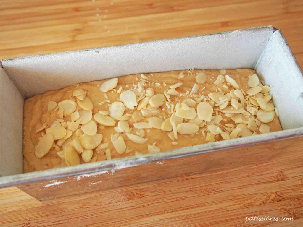 オレンジパウンドケイクの作り方オレンジパウンドケイクの作り方(型に生地を流し入れる)