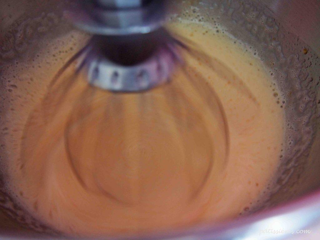 卵と砂糖を泡立てる[バターなし基本のスポンジ生地(ジェノワーズ)のレシピ]