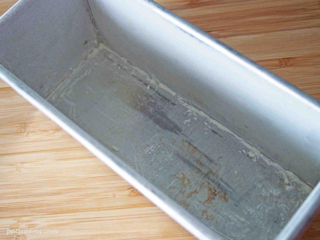 パウンド型にバターを塗って粉を振る